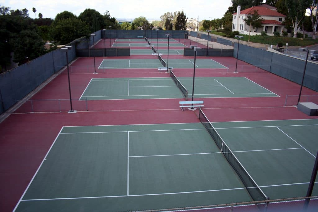 Combien mesure un terrain de tennis