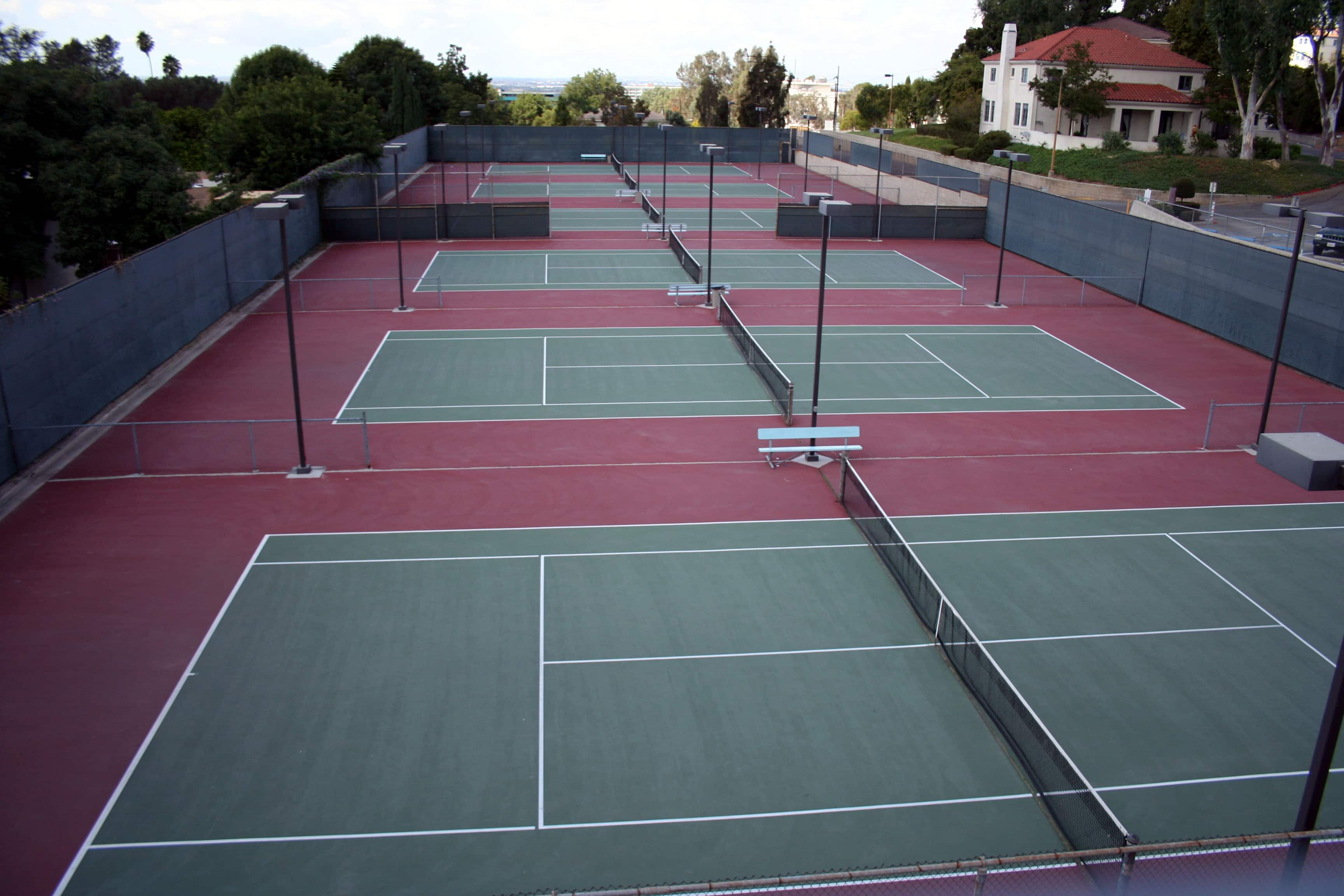 Combien mesure un terrain de tennis for Surface d un terrain de tennis
